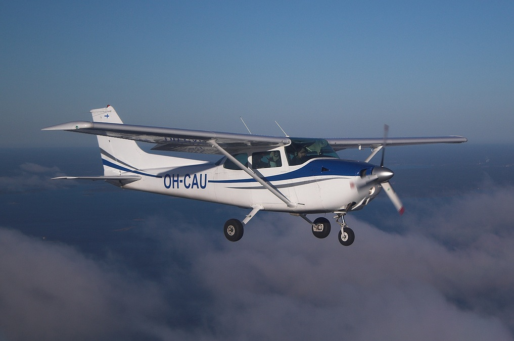 cessna-172-flying-m0a