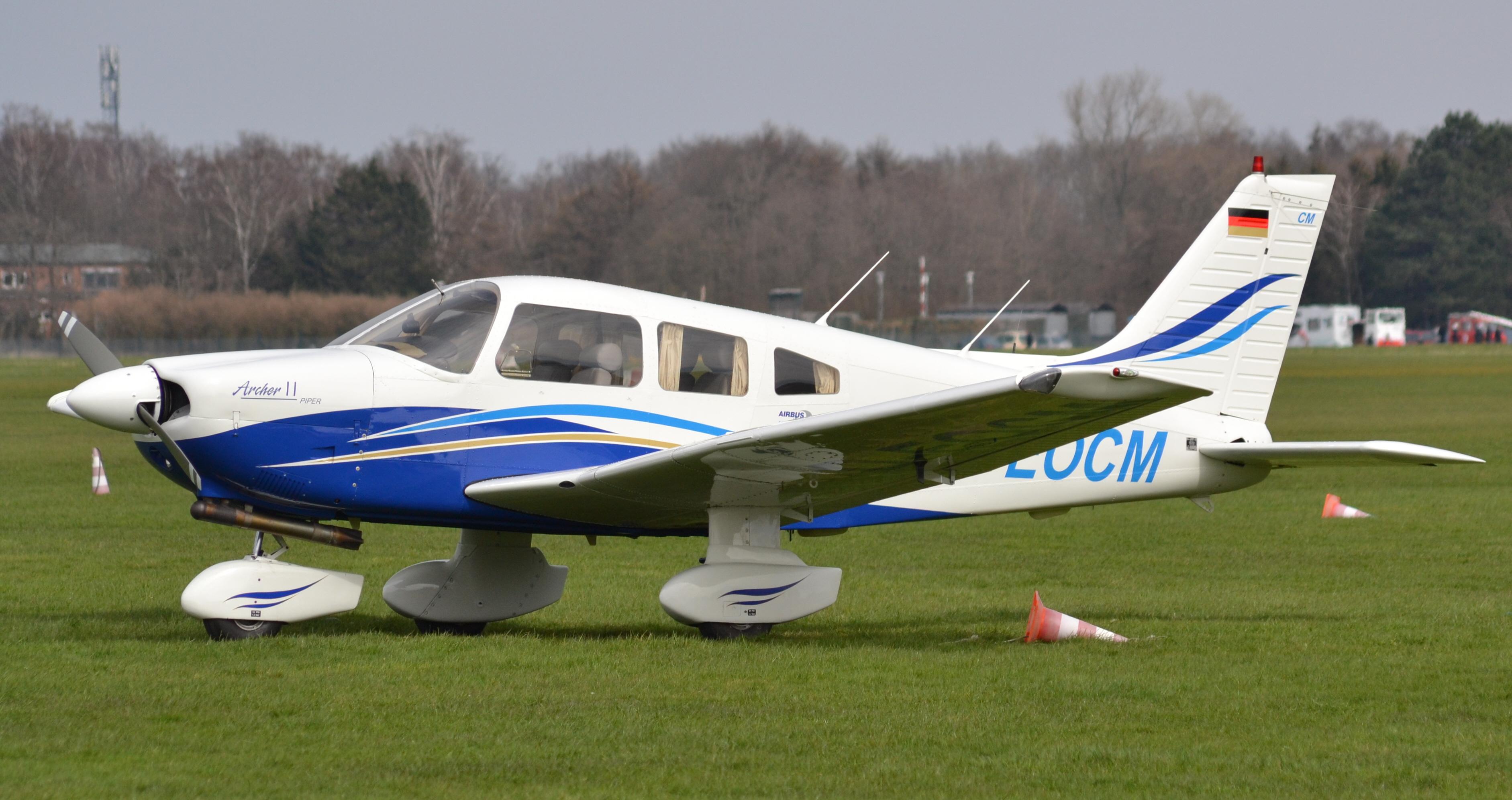 Piper_PA-28-181_Archer_II_(D-EOCM)_02